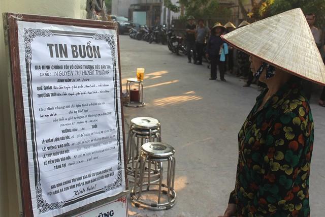 Thông báo tin buồn của 2 học sinh xấu số được đặt trước cổng nhà