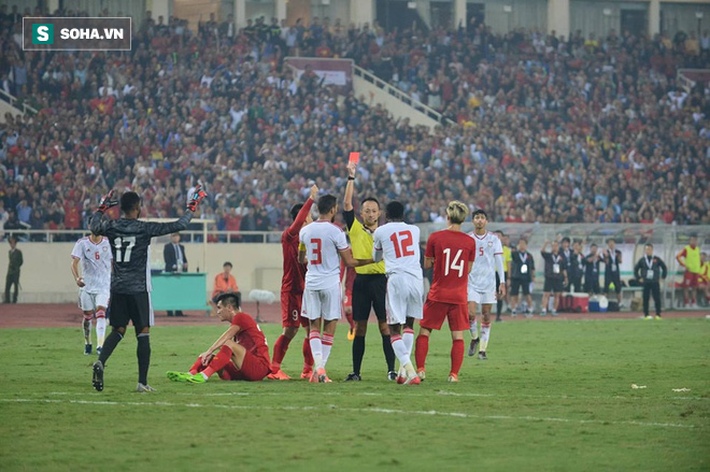 HLV Bert van Marwijk cho rằng quyết định của trọng tài đã khiến UAE bại trận trước Việt Nam.