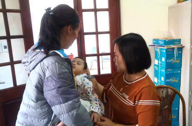 Bà Nguyễn Thị Thu Hà - Phó chủ tịch UBND phường Trần Phú bàn giao cháu A. cho mẹ đẻ sau khi hoàn thiện các thủ tục cần thiết. Ảnh: Đ.Tùy