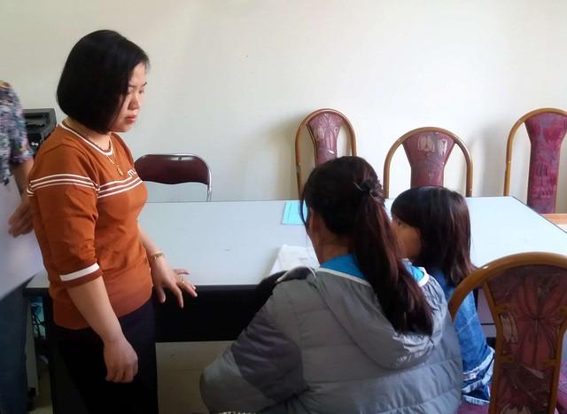 Chị N. (áo khoác, mẹ cháu nhỏ) có mặt tại UBND phường Trần Phú làm thủ tục xin nhận lại con. Ảnh: Đ.Tùy