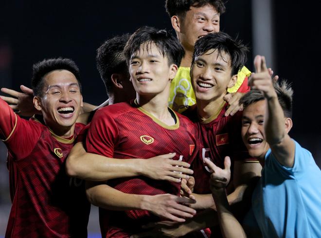 Thành Chung và Hoàng Đức là những người đem về chiến thắng cho U22 Việt Nam. Ảnh: Hiếu Lương