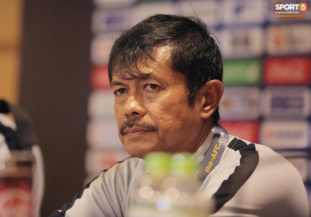 HLV Indra Sjafri không hài lòng khi các học trò đã để thua ở những phút cuối cùng. Ảnh: Hiếu Lương