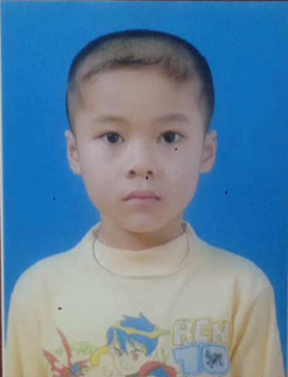 Cháu Lưu Xuân Tùng thời điểm được mẹ đưa đi khỏi nhà. Ảnh: Gia đình cung cấp