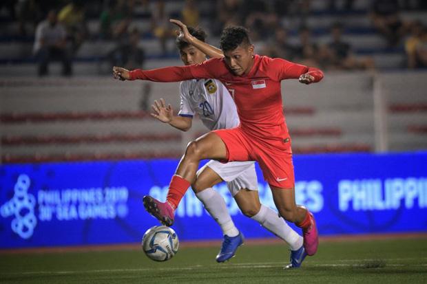 Zulqarnaen Suzliman (áo đỏ), một trong những cầu thủ U22 Singapore góp mặt trong bê bối trên.