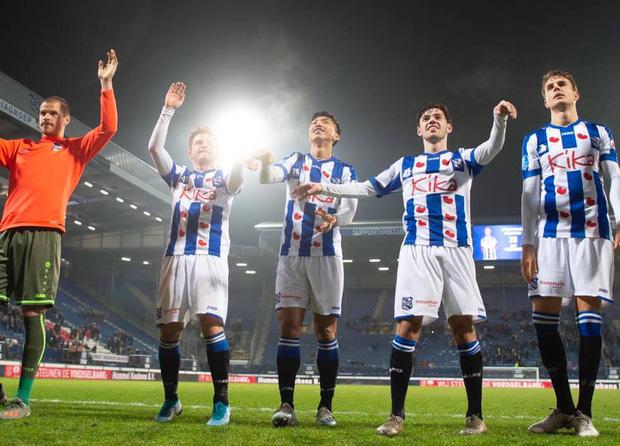 Văn Hậu cùng đồng đội ăn mừng chiến thắng 2-0 trước Roda JC.