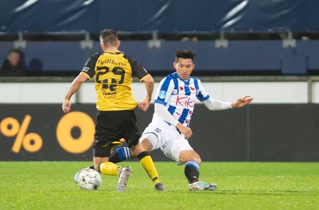 Đoàn Văn Hậu ra sân phút 89, sau đó với pha bóng này, nhận thẻ vàng ở phút 90+2.