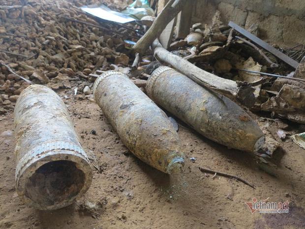 Những quả bom để ngoài trời, gặp nắng mưa lâu ngày bị rỉ sét.