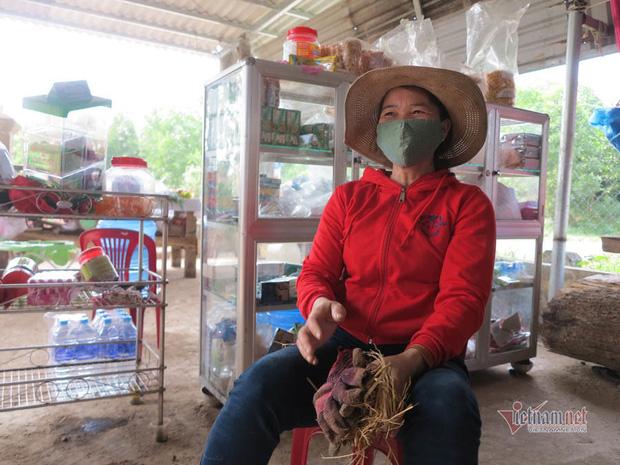 Việc mua bán bom, mìn ế ẩm, bà Xuyến phải mở thêm tiệm tạp hóa tại nhà kiếm thêm thu nhập.