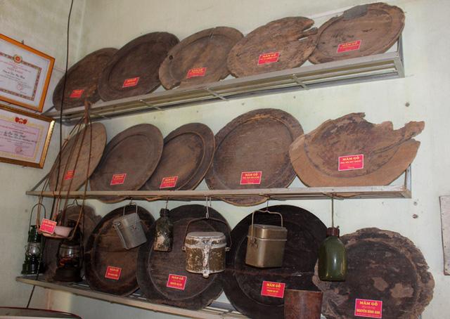 Nhiều chiếc mâm gỗ chỉ còn một nửa do trước đó không được bảo quản cẩn thận.