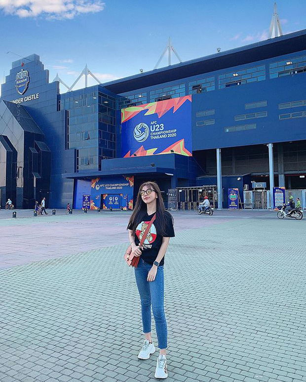 Bạn gái tin đồn của Hoàng Đức đã sang Thái Lan cổ vũ anh và đội tuyển U23 Việt Nam.