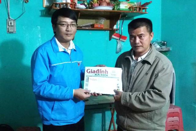 Gia đình cháu Hải Nam đón nhận món quà của bạn đọc báo Gia đình & Xã hội