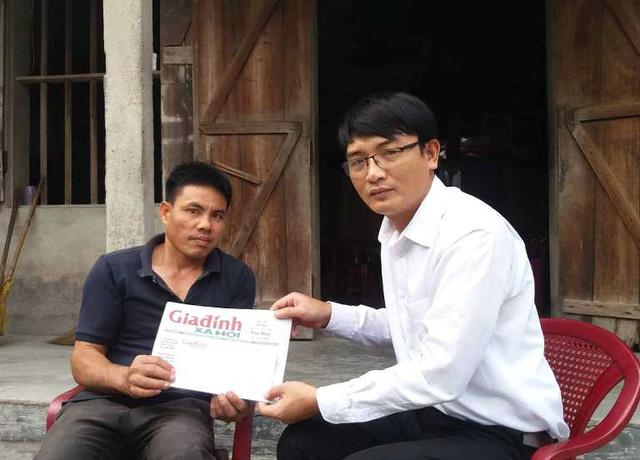 Đại diện Quỹ Vòng tay Nhân ái, Báo Gia đình & Xã hội trao số tiền bạn đọc cho gia đình cô Trần Thị Bất