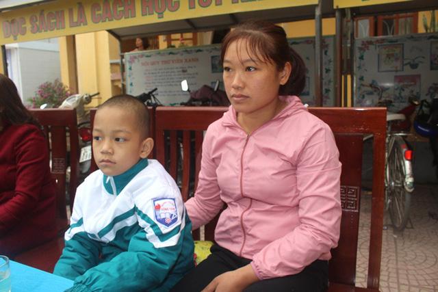 Chị Oanh bên con trai Hà Gia Bách