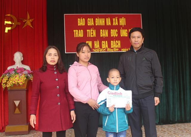 Ông Phạm Văn Hiểu - Phó trưởng phòng GD&ĐT huyện Ninh Giang trao số tiền gần 11 triệu đồng của bạn đọc cho em Hà Gia Bách