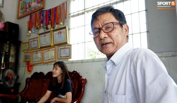 Thầy Danh Lê Tha, người thầy đầu tiên của Chương Thị Kiều đến chung vui trong ngày cô học trò trở về thăm quê nhà, sau khi giành tấm HCV SEA Games 30 cùng đội tuyển nữ Việt Nam. Ảnh: Hoàng Tùng