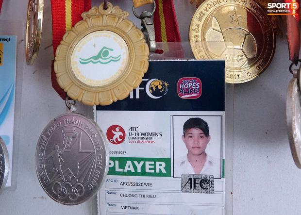 HCV môn bơi lội của Chương Thị Kiều nằm cạnh tấm thẻ cầu thủ ở giải đấu châu Á.