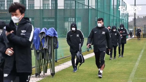 Cầu thủ Chonburi đến sân tập với chiếc khẩu trang.