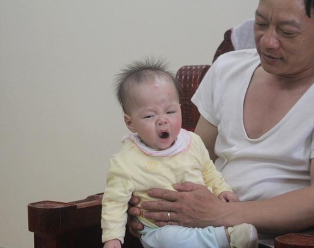 Bé Minh Đức 4 tháng tuổi đã thôi bú mẹ, hay ốm vặt hơn em gái