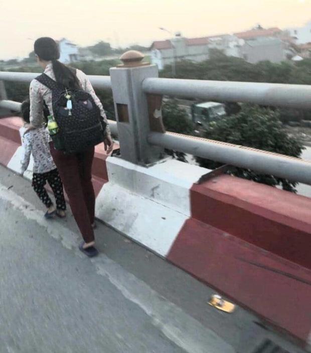 Hình ảnh hai mẹ con xin tiền trên cầu Thanh Trì.