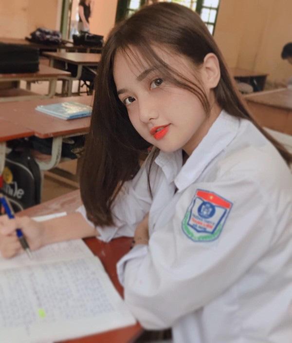 Nữ sinh bỗng dưng nổi tiếng nhờ bức ảnh chụp khi đang ngồi trong lớp