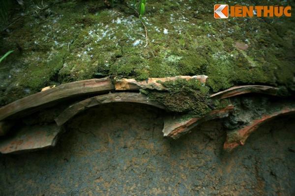 Các mảnh sành cũng được sử dụng để gia cố cho gờ mái của các bức tường đất.