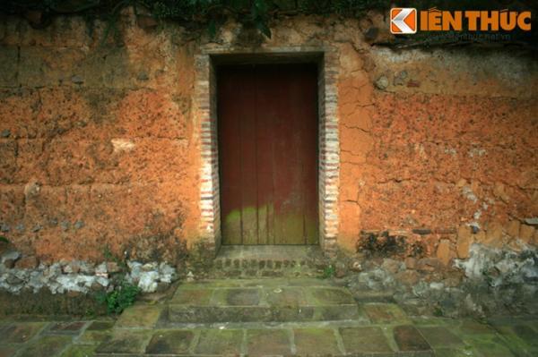 Các bức tường, cổng và một số công trình khác của chùa Bổ Đà được xây dựng hoàn toàn bằng đất nện theo lối trình tường.
