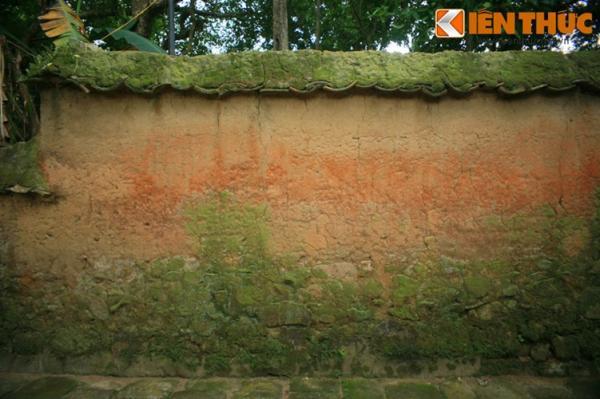 Dãy tường đất bao quanh chùa có tổng chiều dài hàng trăm mét, cao gần hai mét, dày chừng nửa mét, được xây dựng rất kỳ công.