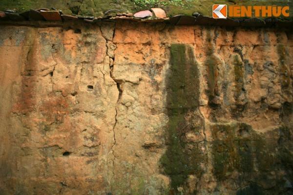 Để xây tường, các khuôn gỗ dày sẽ được dựng để đổ đất sét được trộn với rơm rạ, sỏi đá, nước vào trong.
