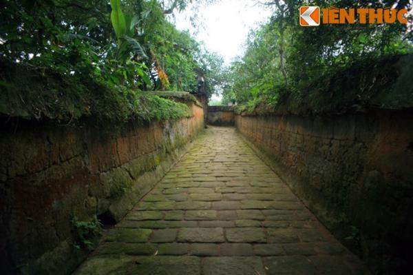 Bên cạnh vật liệu đất, chùa còn sử dụng đá muối để lát nền cho lối vào.