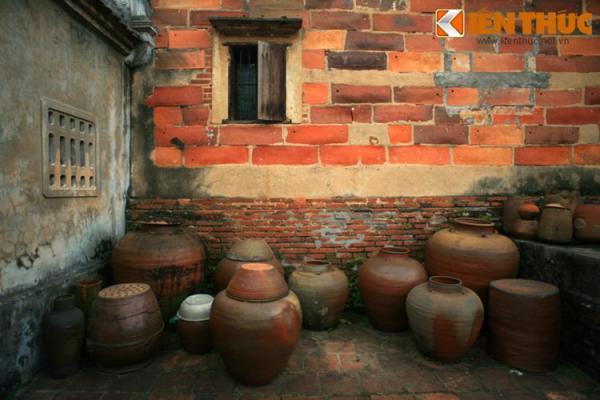 Một vật liệu độc đáo khác là tiểu sành, được dùng để xây dựng một số bức tường bên trong chùa.