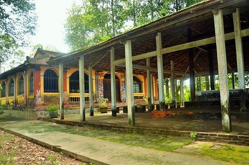 Đình làng Phú Lễ có khu vực sân hát bội mỗi dịp Tết đến Xuân về. Ảnh: Mỹ Phượng.