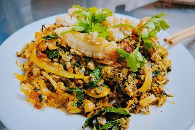 Ngoài ra, bạn không nên bỏ qua cơ hội thưởng thức những món ngon như cơm hến, bún bò, bún thịt nướng, bánh khoái, bánh canh Nam Phổ, chè Huế, bánh chưng Nhật Lệ... Ảnh: Viet Nguyen.