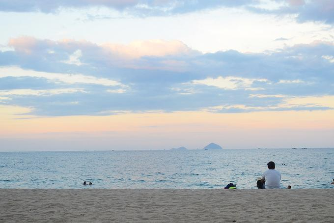 Nha Trang Nếu là tín đồ của biển, Nha Trang sẽ là điểm đến bạn nên tìm hiểu ngay từ bây giờ. Thành phố hút khách bởi hòn Mun, Hòn Tằm có làn nước trong veo và san hô đa dạng, cùng với vịnh Ninh Vân, vịnh Vân Phong hoang sơ. Ngoài ra, bạn cũng có thể ghé thăm viện Hải dương học để tìm hiểu trên 20.000 sinh vật dưới nước, hay dạo quanh tháp Bà Ponagar của người Chăm, cảng Vũng Rô, làng Đại Lãnh và chợ Đầm nhộn nhịp... Ảnh: Phong Vinh.