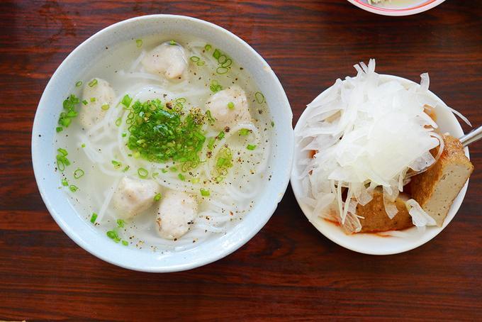 Hải sản tươi ngon hay các món ăn địa phương hấp dẫn sẽ làm hành trình khám phá thành phố biển của bạn trở nên đáng nhớ hơn. Ảnh: Phong Vinh.