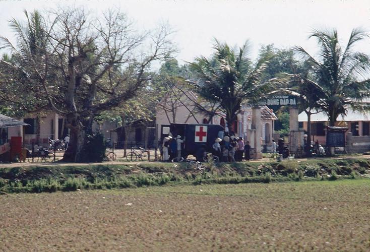 Người dân nhận thuốc tại một xe y tế ở Đập Đá, An Nhơn, Bình Định. Ảnh: James Speed Hensinger.