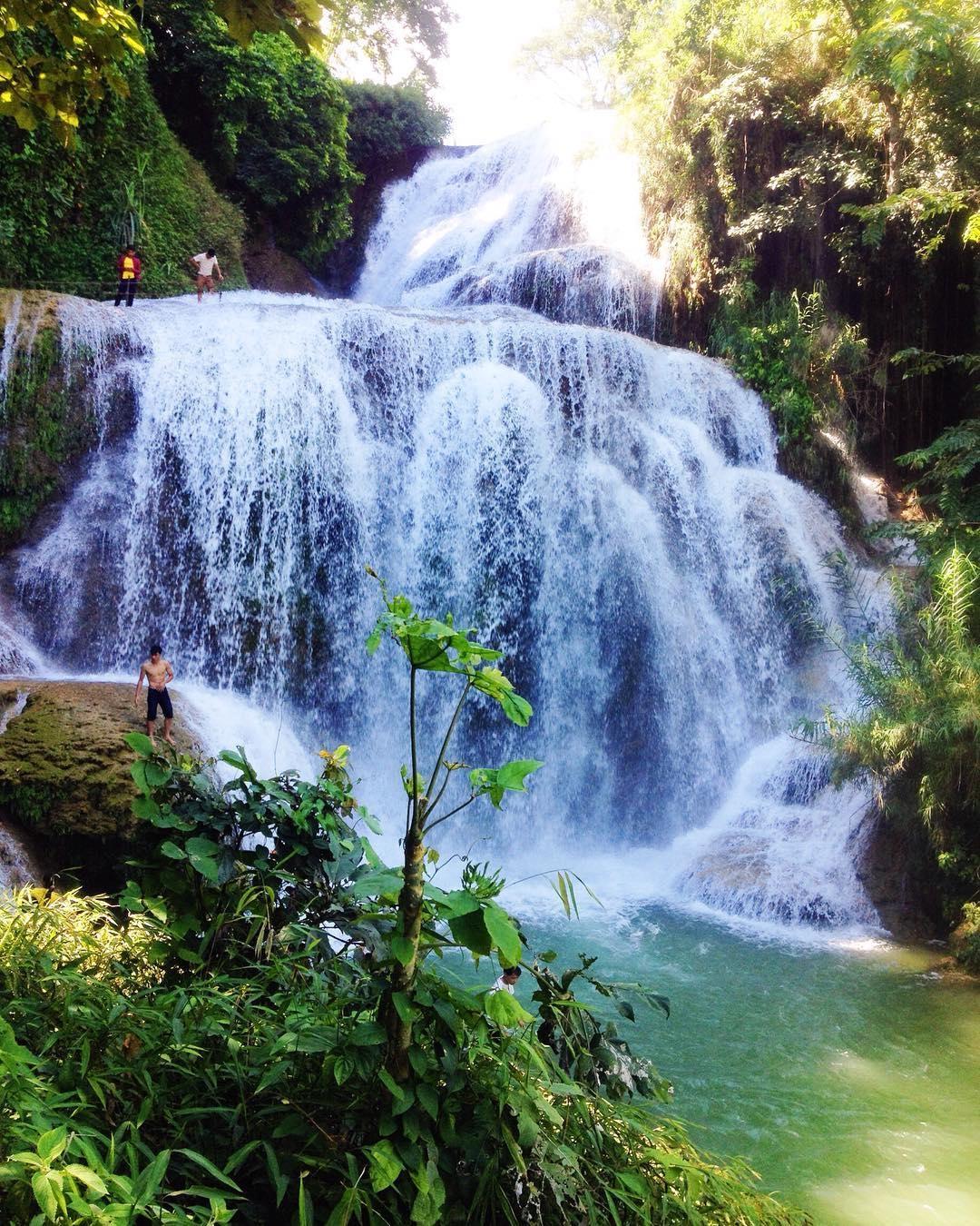 Nhìn từ xa, thác Mu tựa như một dải yếm trắng uốn lượn giữa rừng xanh ngút ngàn. (Ảnh: black)