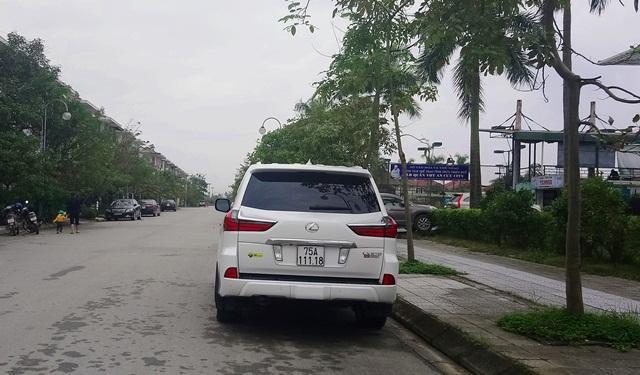 """""""Chuyên cơ mặt đất"""" Lexus LX 570 tại khu An Cựu city. Được biết, thương hiệu xe này có giá bán gần 8 tỷ đồng."""