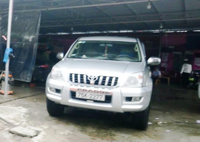 Một chiếc xe dòng Land Cruiser Prado biển cặp đôi song tiến trong tiệm rửa xe ở khu An Cựu city.