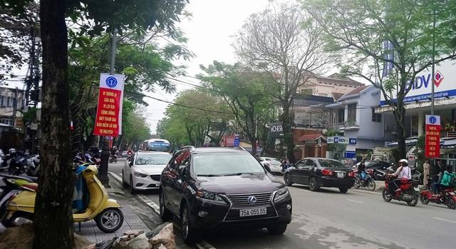 """Lexus RX 350 biển tứ quý """"sang chảnh"""" trên đường Nguyễn Huệ."""