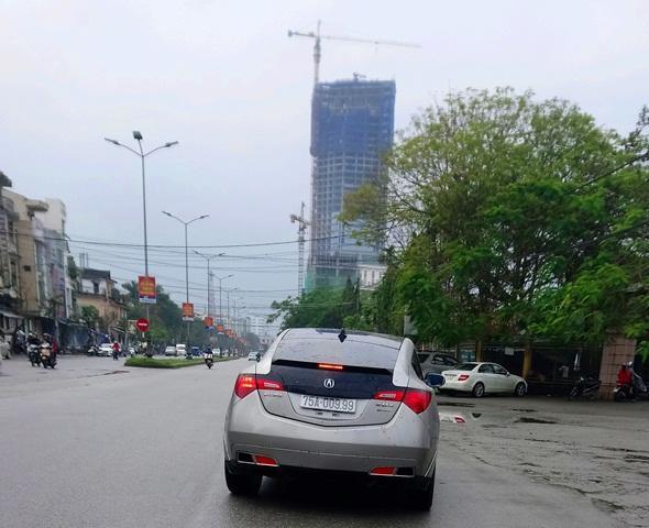 """ZDX crossover là xe thuộc thương hiệu xe sang Acura của tập đoàn Honda. Trong ảnh là một chiếc ZDX, biển số """"sam"""" 9 chạy trên đường Lê Quý Đôn."""