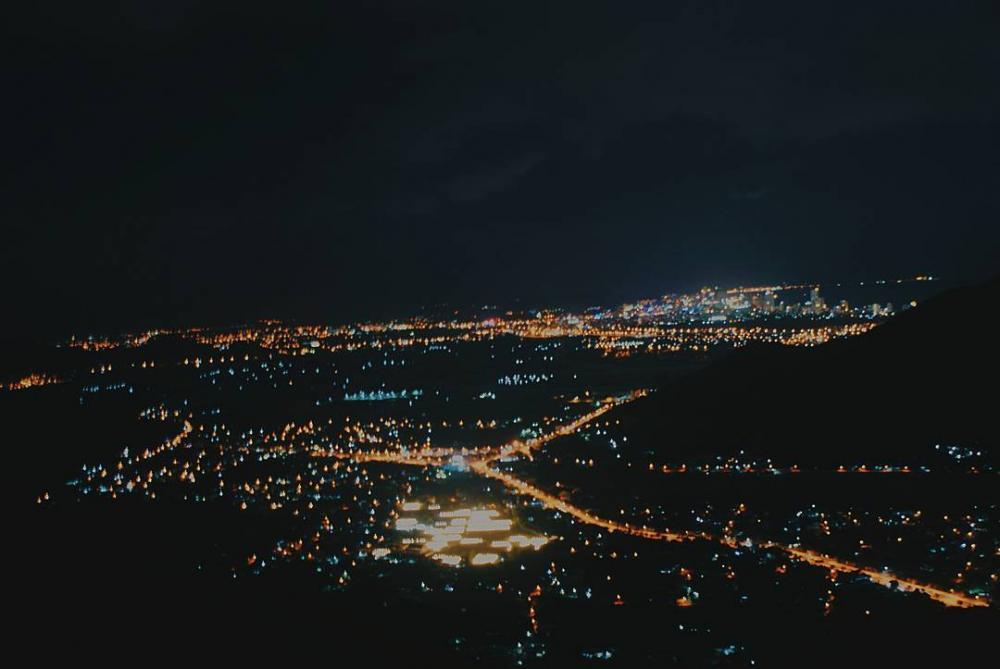 Khung cảnh Nha Trang về đêm khi đứng từ Hoàng Ngưu Sơn ngắm nhìn. (Ảnh: tentaolabautroi)