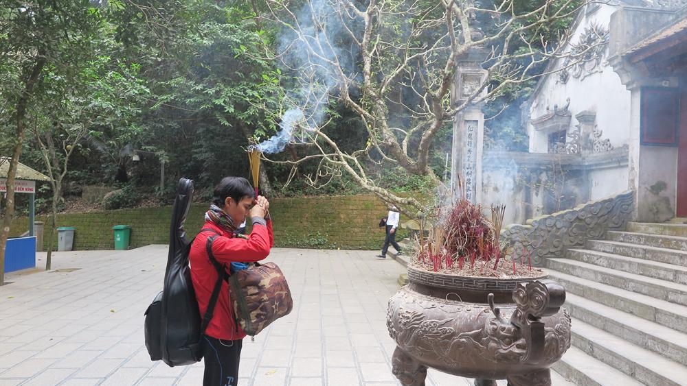 Anh Hồ Nhật Hà thắp hương tại đền Giếng thuộc khu di tích lịch sử Đền Hùng