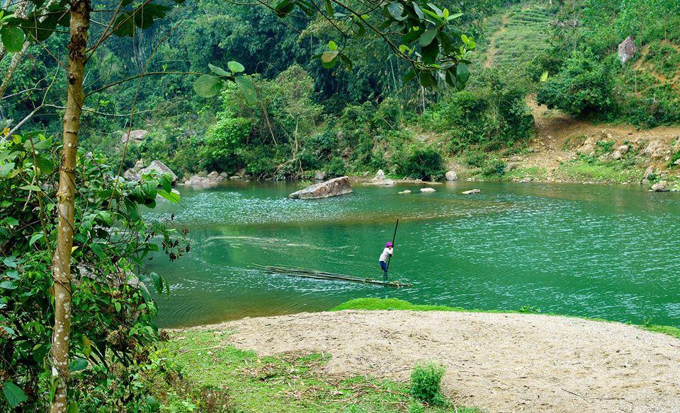Người Mường vẫn di chuyển bằng bè, mảng qua sông