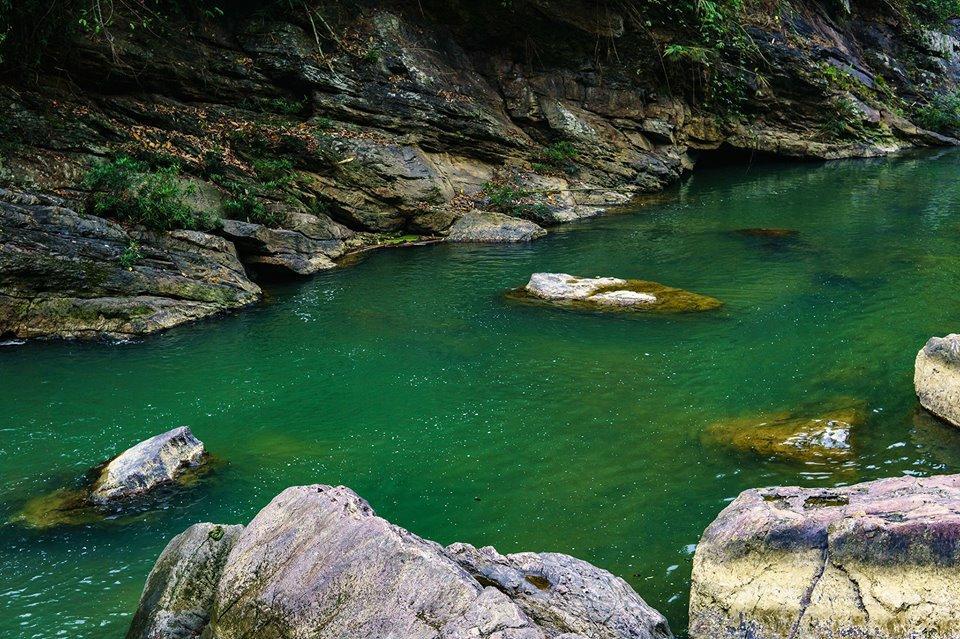 Hồ nước màu xanh ngọc bích đầy ấn tượng