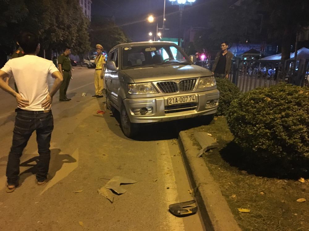 Xe Mitsubishi bị va chạm mạnh khiến xe lao lên giải phân cách