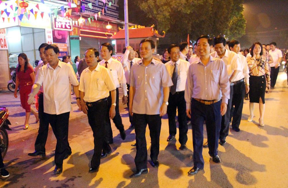 Các đại biểu tham quan tuyến phố ẩm thực trên đường Nguyễn Du, phường Nông Trang, thành phố Việt Trì.