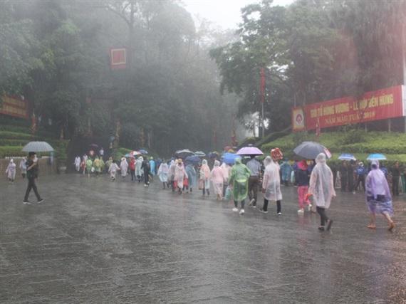 Năm nay, trời mưa nên tình trạng chen lấn, xô đẩy không còn xảy ra