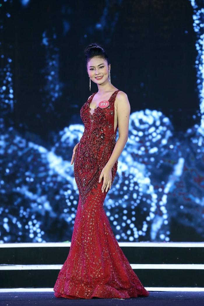 Bộ đầm dạ hội màu đỏ, đính kết sequin cầu kỳ giúp Bích Ngọc nổi bật trên sân khấu chung khảo. Ảnh: Zing.vn.