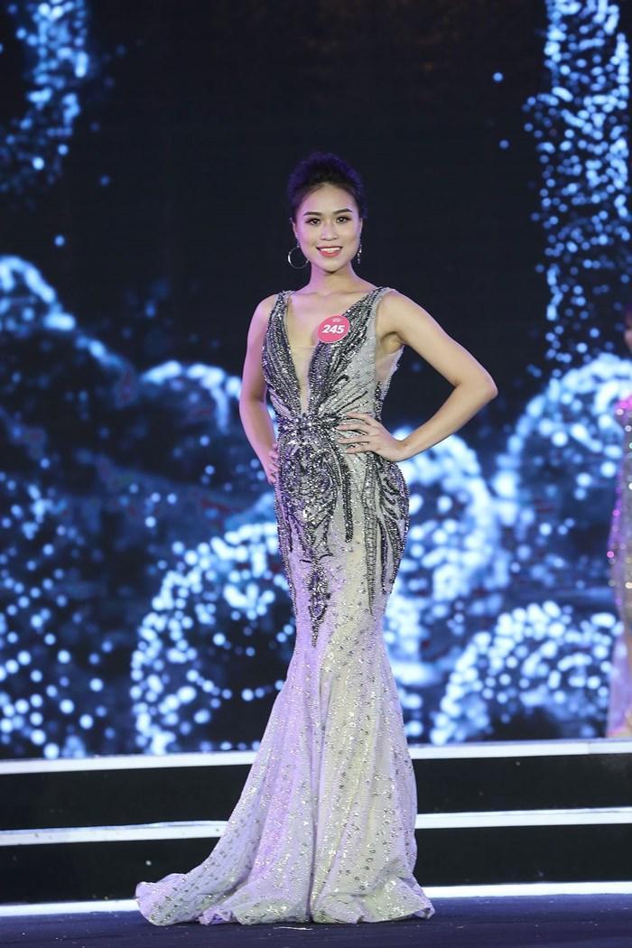 Thanh Thanh ghi điểm với Ban giám khảo nhờ chiếc đầm dạ hội gợi cảm và tôn dáng. Ảnh: Tiền Phong.