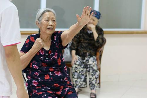 Tuổi 88, bà Dung có sức khỏe khá tốt và luôn cố gắng tự chăm sóc cho mình, không cần giúp đỡ của điều dưỡng. Ảnh: Hoàng Ngân.